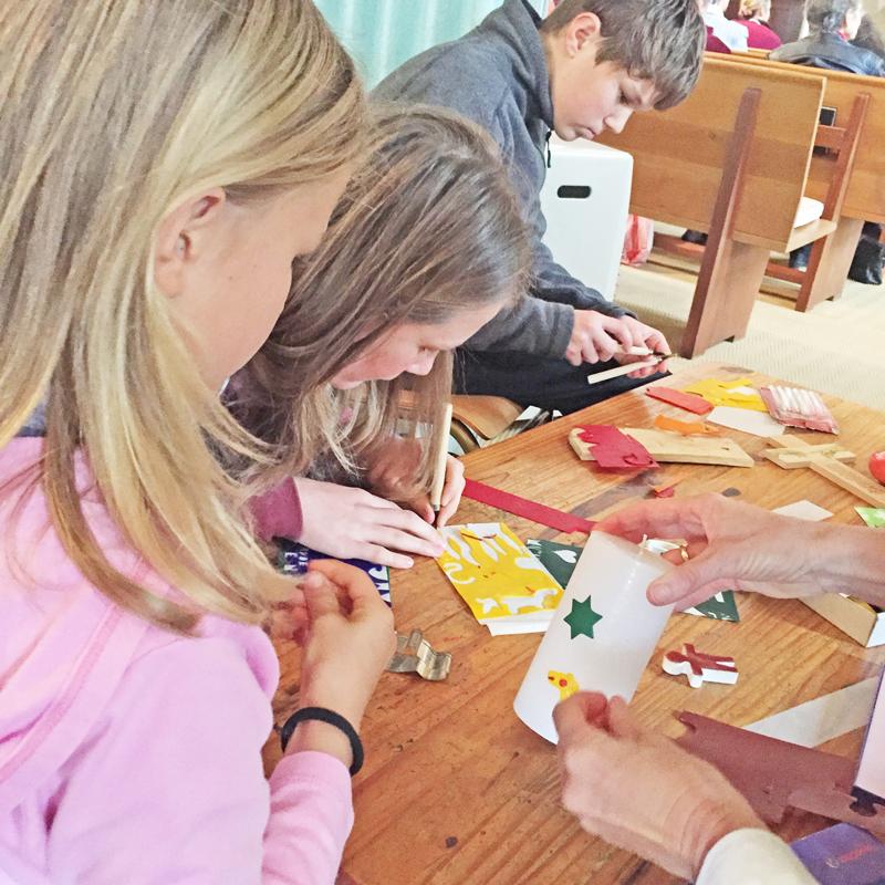 1 Die Kerze fuer den Kindergottesdienst wird gestaltet
